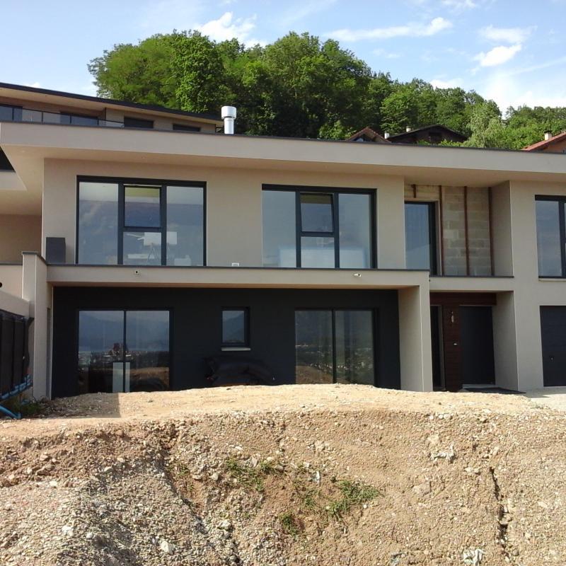 Maison contemporaine en béton sur un terrain pentu